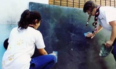 Pehuen Co: Caminantes de Coronel Rosales pintan aulas y pizarrones de la EP Nº 18