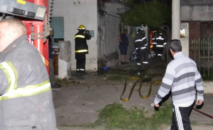 Herramientas, muebles y una moto se incendiaron en un galpón
